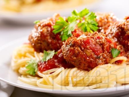 Спагети с кюфтета и доматен сок - снимка на рецептата